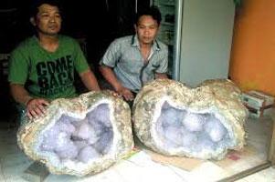 batu-kristal-ungu-prambanan